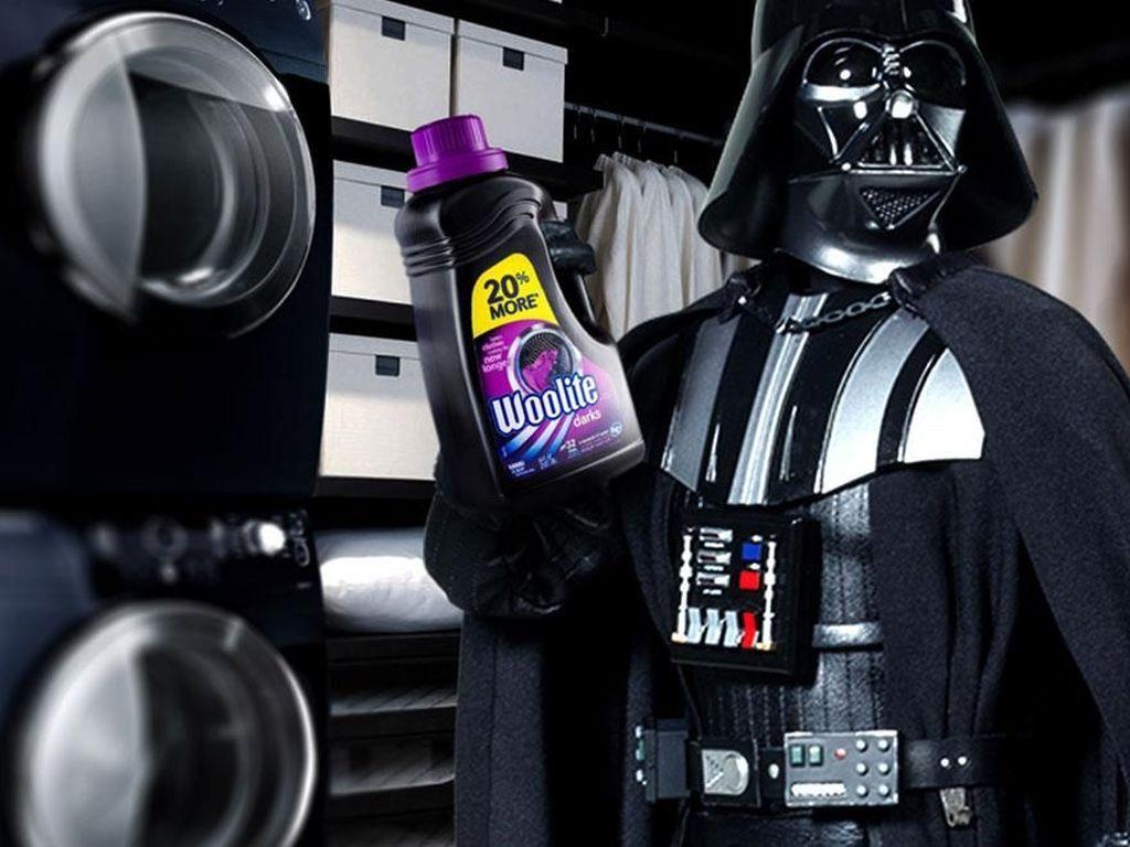 Darth Vader jadi brand ambassador pewangi pakaian. (Foto: boredpanda)