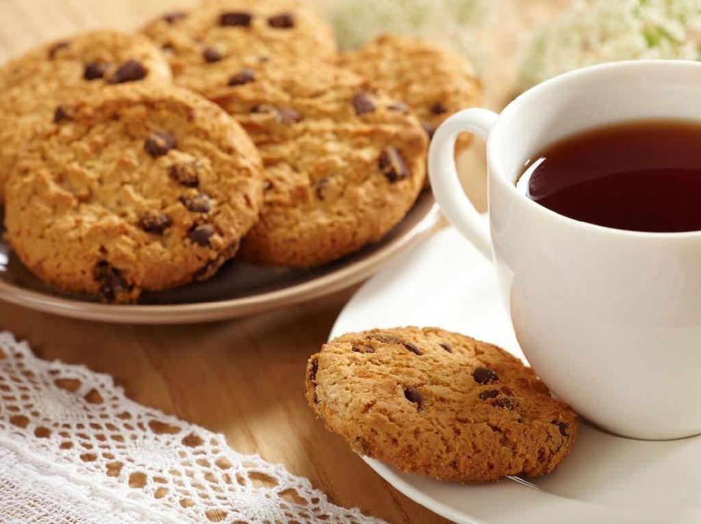 Meski sudah berusia 91 tahun, tapi Ratu Elizabeth tetap sehat dan bugar. Setiap paginya ia akan memilih secangkir teh hangat Earl Grey atau Darjeeling dengan susu, tanpa gula, dan ditemani sepiring biskuit. Foto: iStock