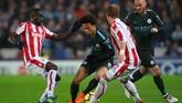 Penyerang Manchester City Leroy Sanemencoba melewati dua pemain Stoke City, Moritz Bauer dan Papa Ndiaye. (REUTERS/Hannah McKay)