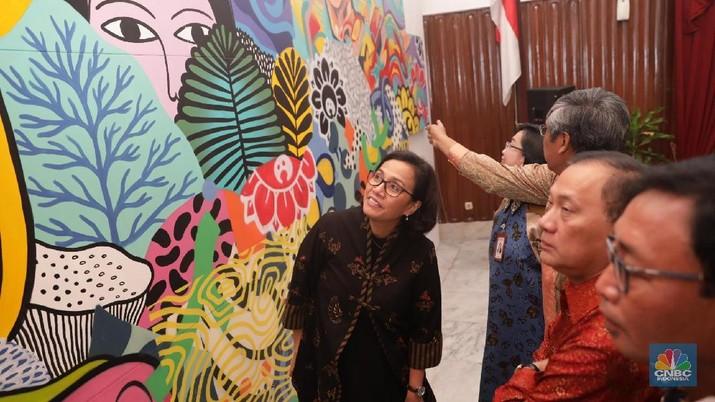Menteri Keuangan Sri Mulyani bersama Gubernur BI Agus Marto melihat karya seni lukis di Gedung Jusuf Anwar, Kementerian Keuangan, Jakarta, Jakarta, Selasa (13/3). Sebagai persiapan Spring Meetings IMF-WBG 2018, Sekretariat Panitia Nasional AM lMF-WBG 2018 menyelenggarakan acara Voyage to lndonesra (VTl) Art Exhibition yang diadakan secara terbuka untuk umum pada 12-14 Maret 2018 di Gedung Jusuf Anwar Kementerian Keuangan. VTI ArtExhibition menampilkan karya seni para seniman indonesia yang nantinya akan dipamerkan dalam pertemuan musim semi tersebut, Acara yang bertemakan