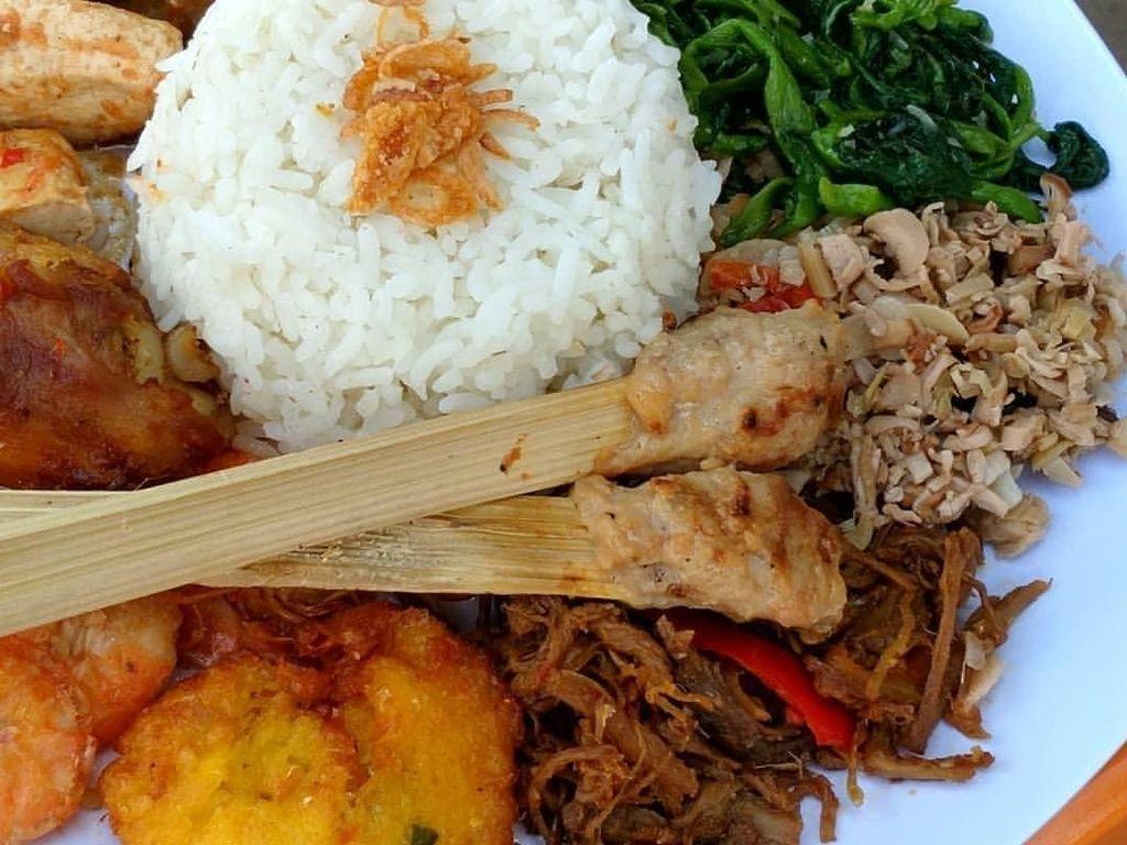 Yakin enggak pengen nasi campur bali kalau tampilannya begini? Foto @balifoodlovers ini menampilkan nasi Bali dengan lauk super komplit. Foto: Instagram