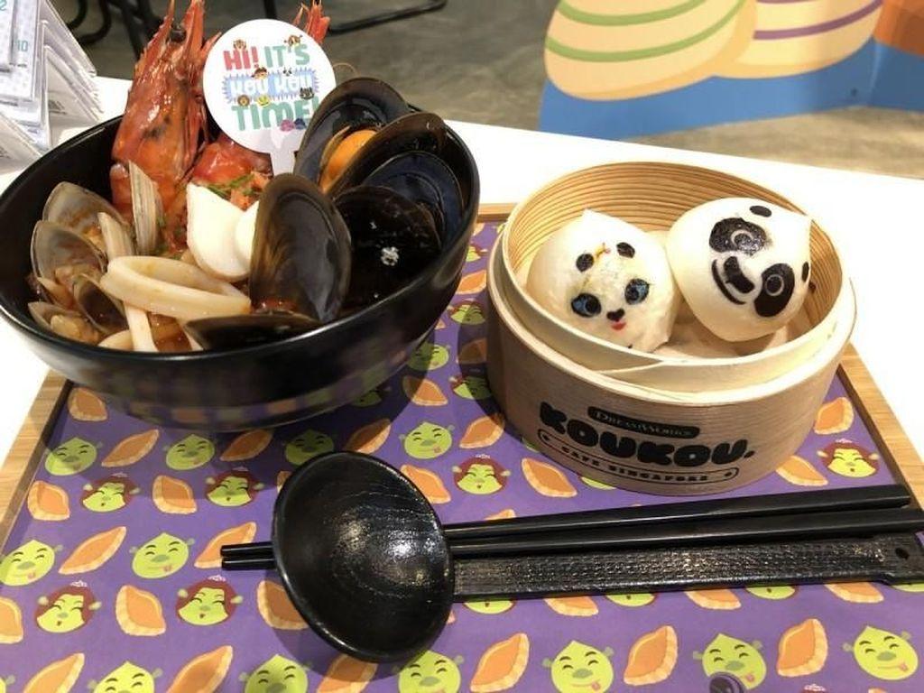 Nggak kalah bikin gemas, noodle soup dengan limpahan topping seafood ini disajikan bersama mantou Kung Fu Panda. Foto: Asia One