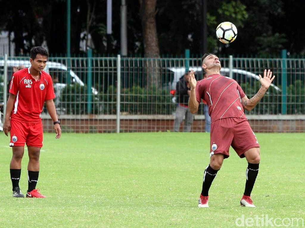 Seorang pemain Persija mengontrol bola.