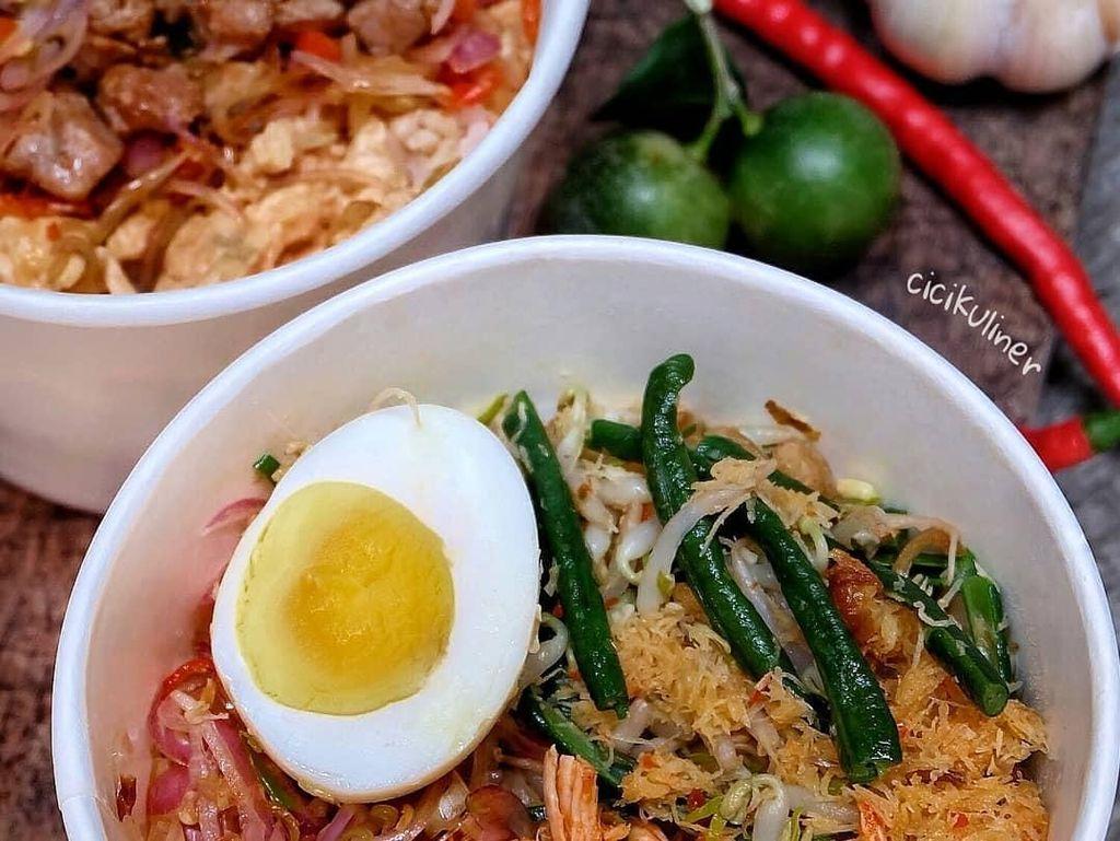 Nasi campur Bali yang ini tampil lebih praktis. Lauknya komplit namun disajikan dalam mangkuk sekali pakai. Foto ini diposting netizen dengan nama akun @cicikuliner. Foto: Instagram