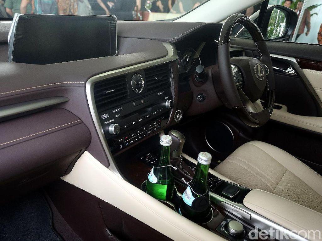 Bagian interior Lexus RX 350 L.