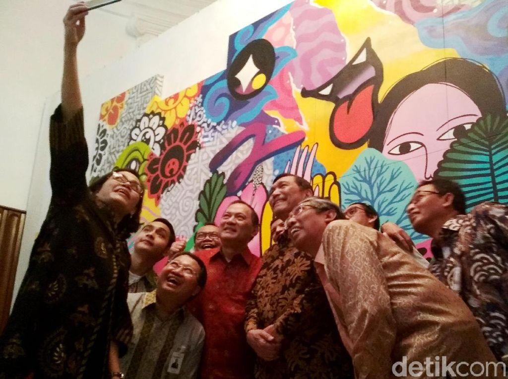Usai membuka acara tersebut, Usai membuka, Sri Mulyani dan para pejabat pendampingnya diberi kesempatan untuk membuka lukisan di atas 14 kanvas yang digabung. Lukisan tersebut menampilkan wajah Indonesia yang beragam. Lukisan itu membuktikan adanya komunikasi, toleransi, dan kerja sama yang dinamis dan seimbang.