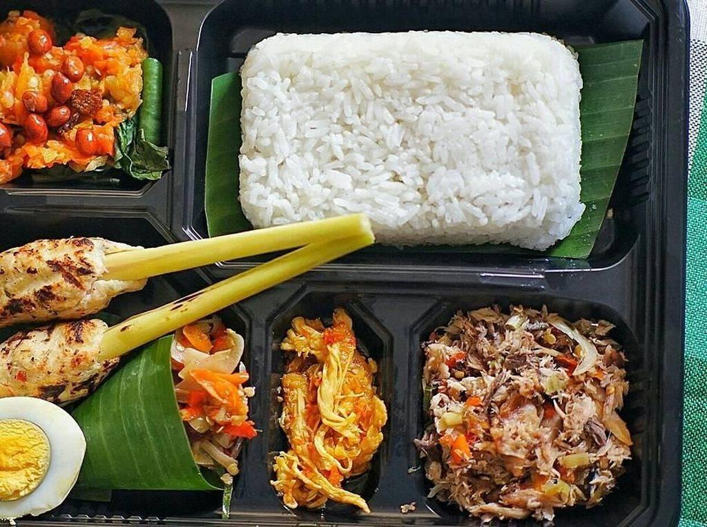 Wah kalau nasi Bali seperti ini bisa jadi alternatif nasi kotak kalau bikin acara di rumah ya. Nasi Bali yang tampak enak ini diposting @momnancy. Foto: Instagram