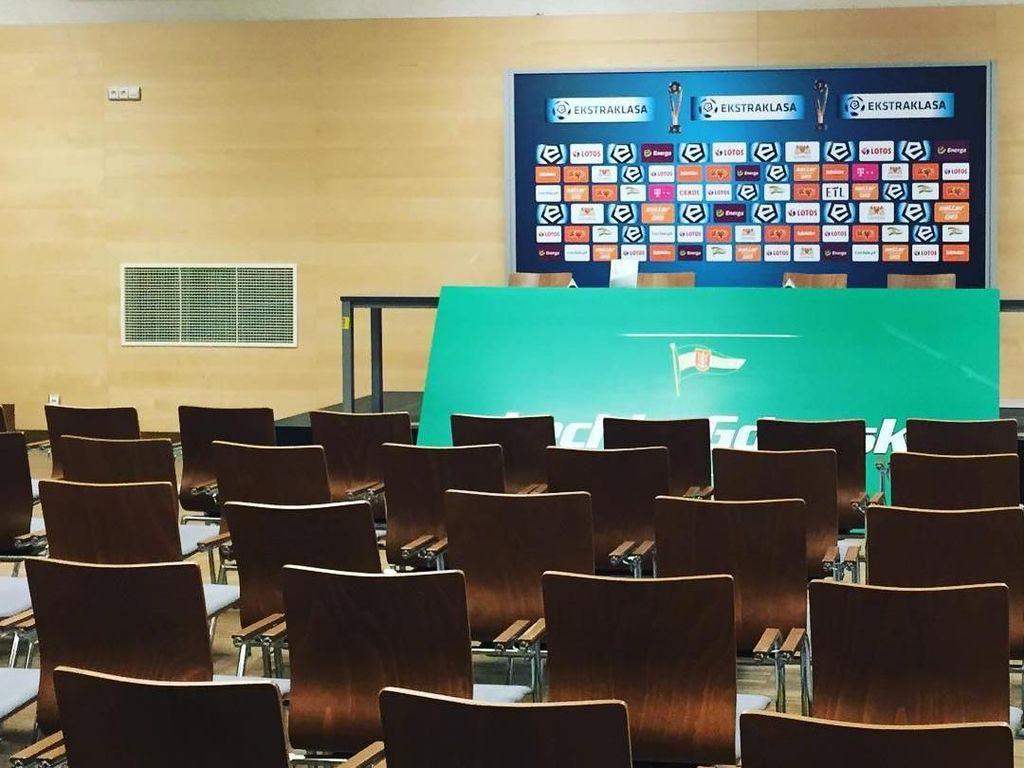 Seperti inilah ruang konferensi pers di Stadion Energa Gdansk. Foto: Instagram @stadionenerga