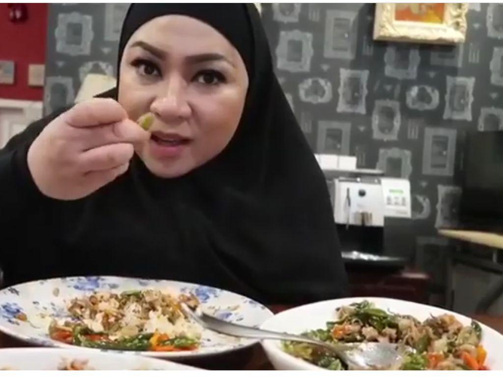 Musisi yang sering menciptakan banyak soundtrack film Indonesia ini seleranya juga Indonesia banget! Makan pakai tangan sambil mamerin satu butir pete. Duh, makannya lahap banget, ya. Foto: Instagram @melly_goeslaw.