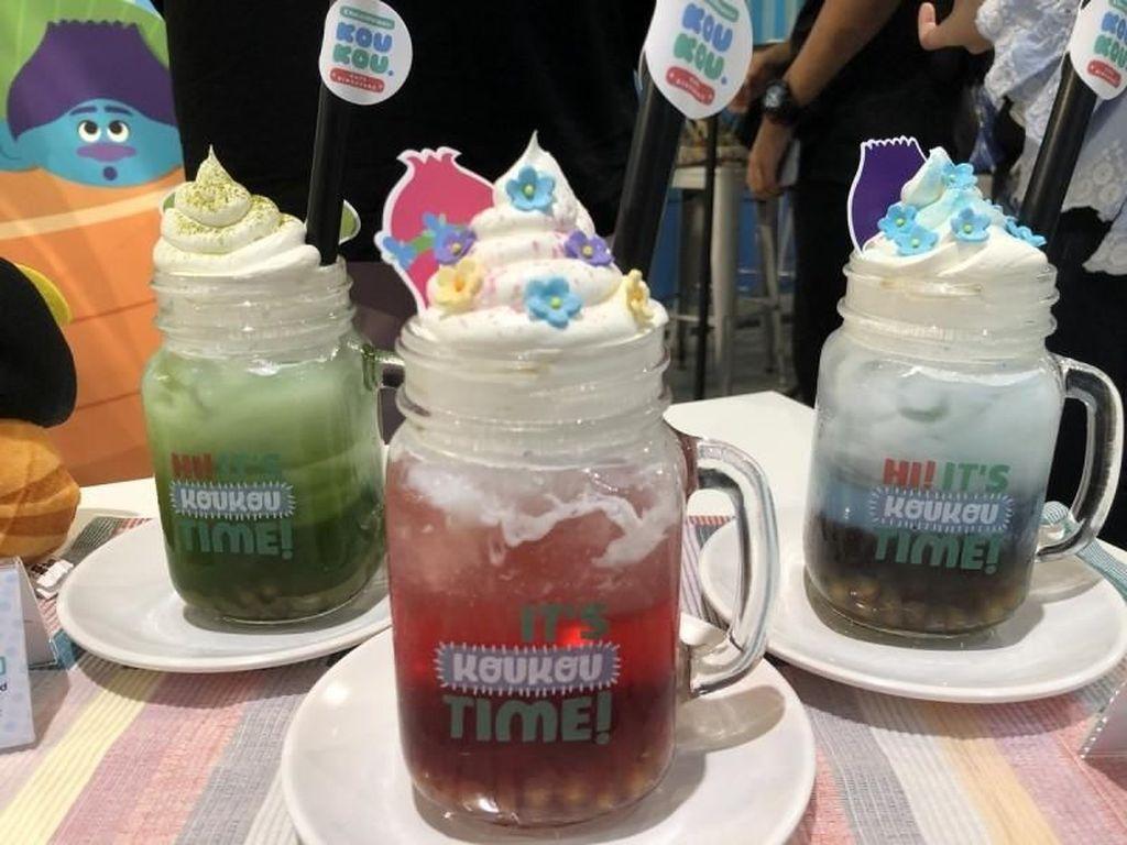 Slurpp! Aneka minuman segar dengan tambahan whipped cream ini bisa kamu cicip di KouKou Cafe. Hayooo, mau pilih warna apa? Foto: Asia One
