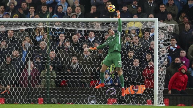 Salah satu penyelamatan terbaik kiper Man City, Ederson Moraes, pada laga menghadapi Stoke City. (REUTERS/Hannah McKay)