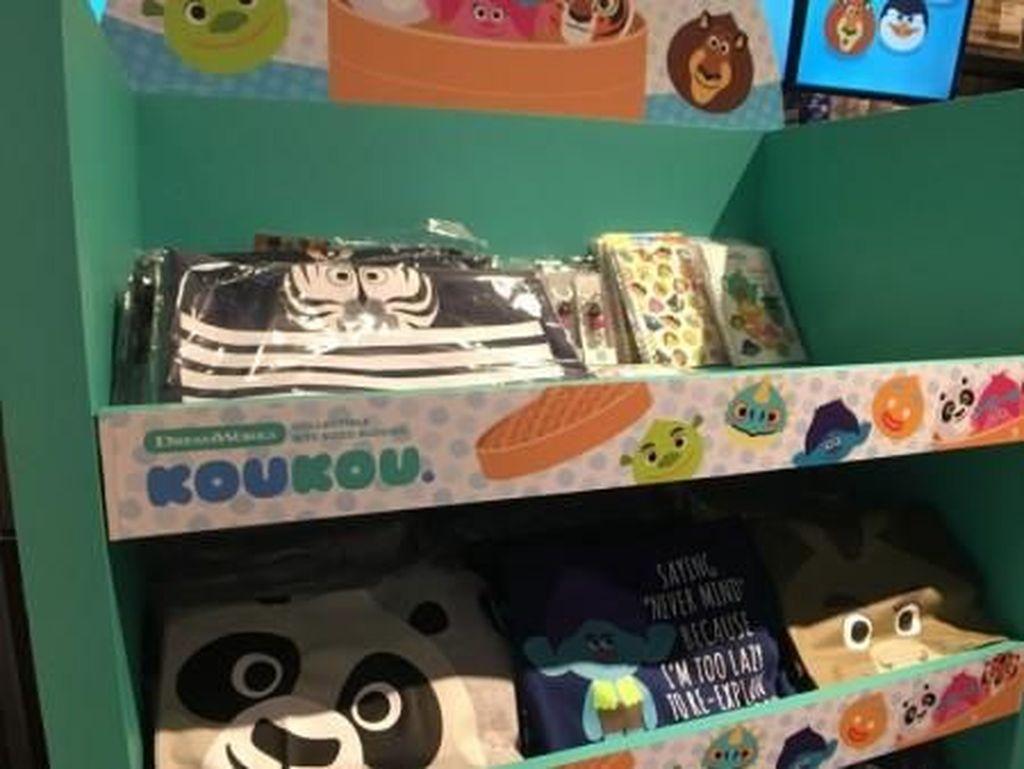 Sama seperti kafe-kafe tema lain di Singapura, KouKou Cafe juga menjual merchandise resmi keluaran Dreamworks. Kalau kamu salah satu penggemar, wajib beli nih! Foto: Asia One