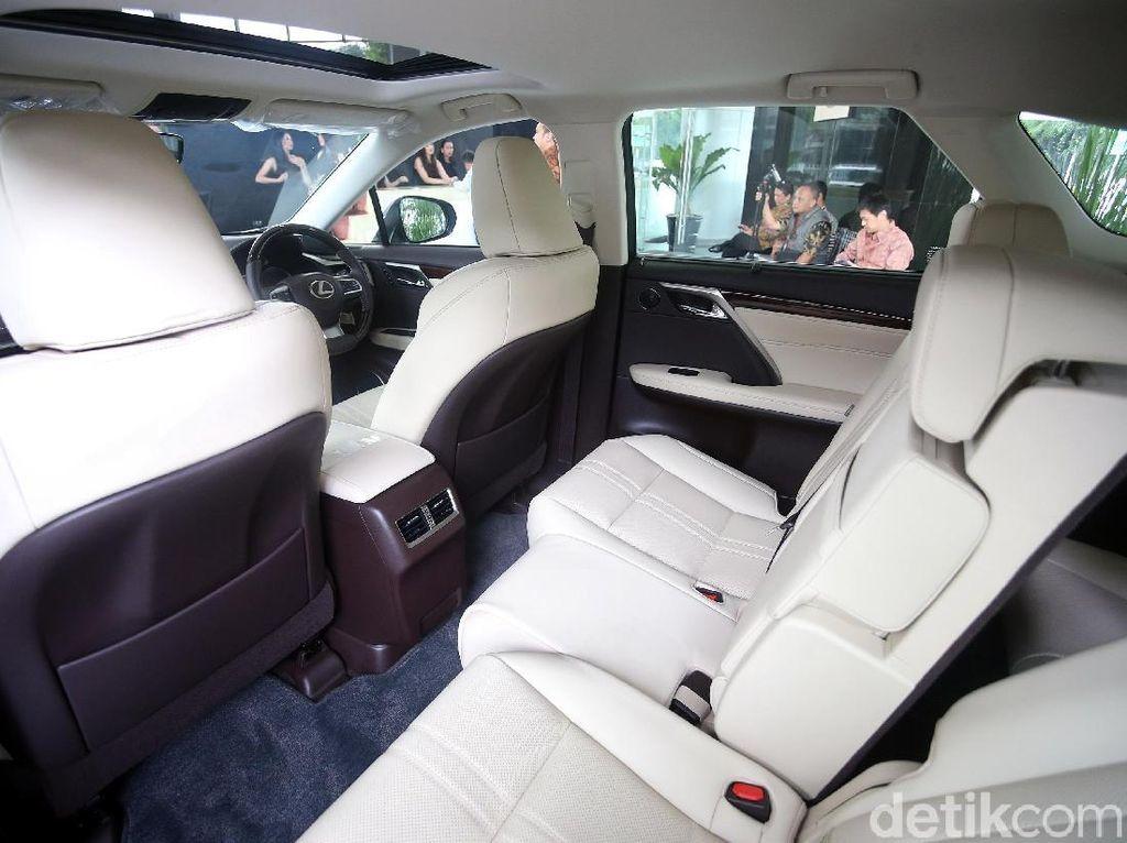 Dengan penambahan kursi di baris ketiga itu, otomatis mobil SUV mewah asal Jepang ini punya ukuran yang lebih bongsor.