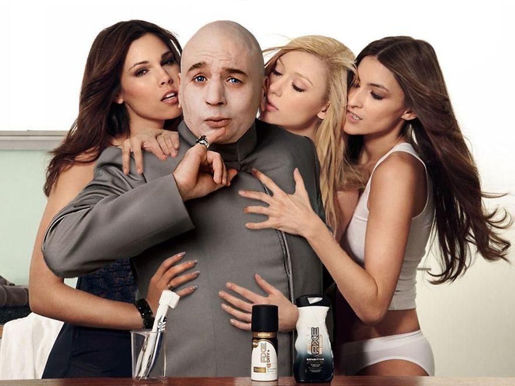 Karater Dr. Evil jadi model iklan Axe yang dikeliling wanita cantik. (Foto: boredpanda)