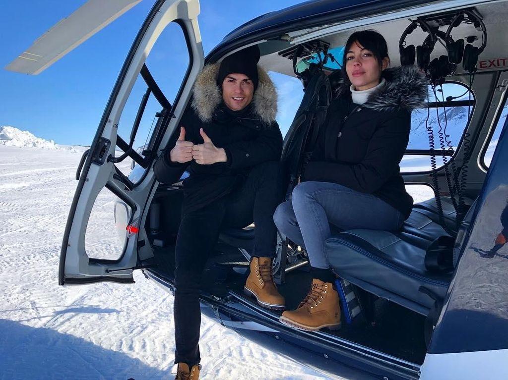 Ronaldo berlibur bersama kekasihnya, Georgina pada Senin (11/3/2018) waktu setempat. Pegunungan salju menjadi lokasi wisatanya. Terlihat keduanya hendak turun dari helikopter. (Foto: Instagram @georginagio)