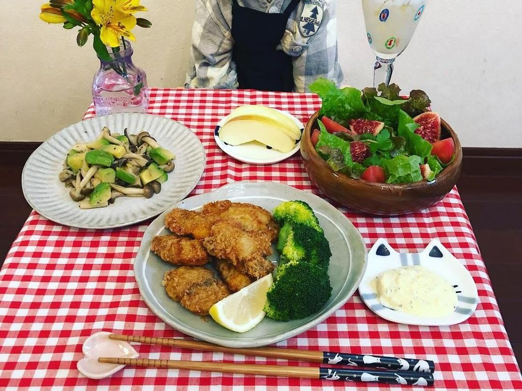 Biasanya Maro akan berpose di hadapan makanan. Tidak hanya mengenakan kostum tradisional Jepang saja, Maro juga sering mengenakan pakaian kasual seperti ketika Maro berpose di depan salad ini. Foto: Instagram @rinne172