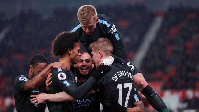 Para pemain Manchester City menyambut gembira gol yang dicetak David Silva. Unggul 1-0 membuat The Citizens semakin di atas angin. (Reuters/Andrew Couldridge)