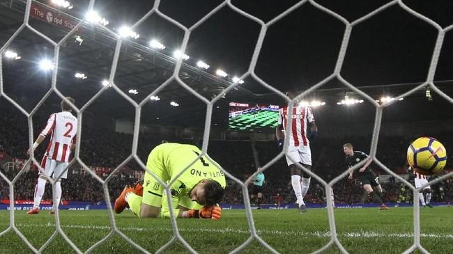 Kiper Stoke City tampak kecewa kembali kebobolan untuk kali kedua pada laga itu. Penjaga gawang Timnas Inggris ini tak berdaya membendung ketajaman David Silva. (REUTERS/Hannah McKay)