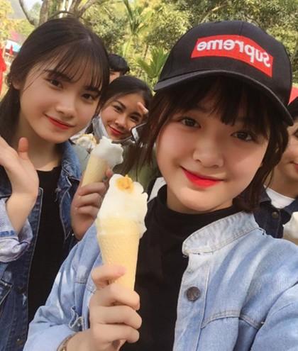 Potret Memesona Siswa SMA Cantik yang Viral karena Bantu Ibu Jualan Tahu
