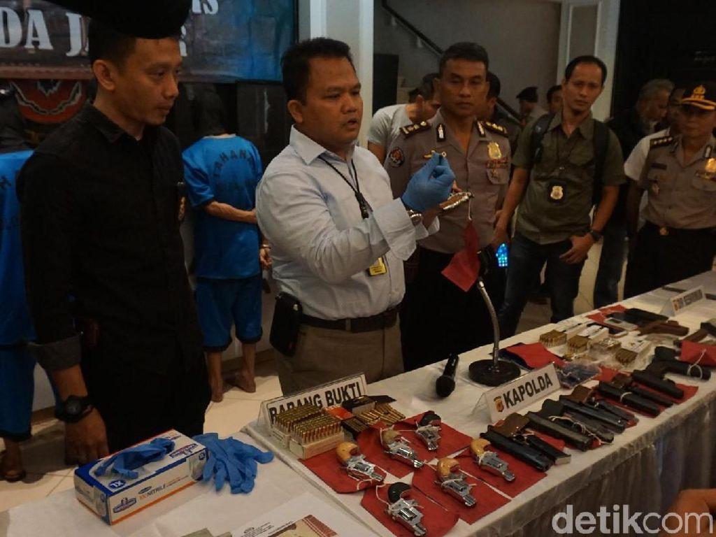 Empat orang komplotan Cipacing ditangkap pada Kamis (1/3) jajaran Subdit I Direktorat Reserse Kriminal Umum Polda Jabar. Keempatnya yakni Yoga Gama (37), Ekosasih (60), Dian Daryansyah (37), dan Uzza Narashima (37).