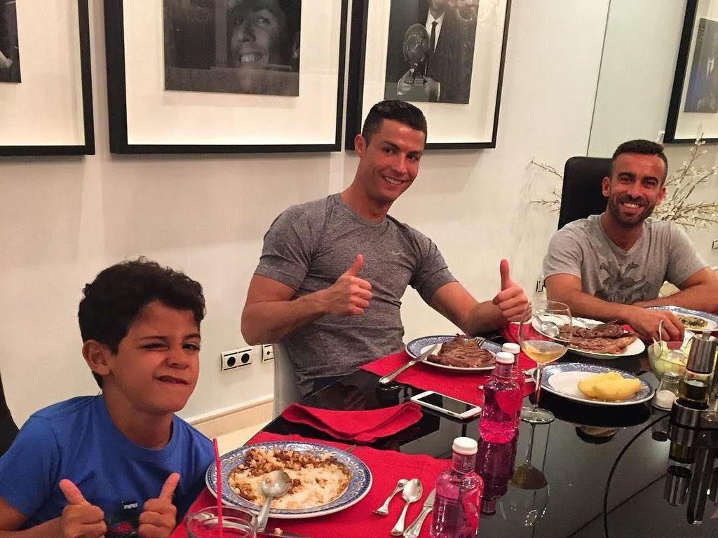 Ronaldo memang tampak sangat sayang dengan putranya. Lihat nih kebersamaan dirinya dan sang anak saat mencicip makanan bersama di meja makan. Foto: Instagram Cristiano