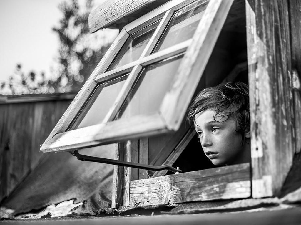 Juara dengan predikat Honorable Mention karya fotografer Oriano Nicolau dengan judul foto Below the window (Foto: B&W Child Photography 2017)