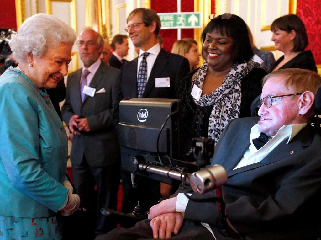 Stephen Hawking saat bertemu Ratu Elizabeth II di St Jamess Palace, London tahun 2014. Foto: Jonathan Brady/Pool via REUTERS/File photo