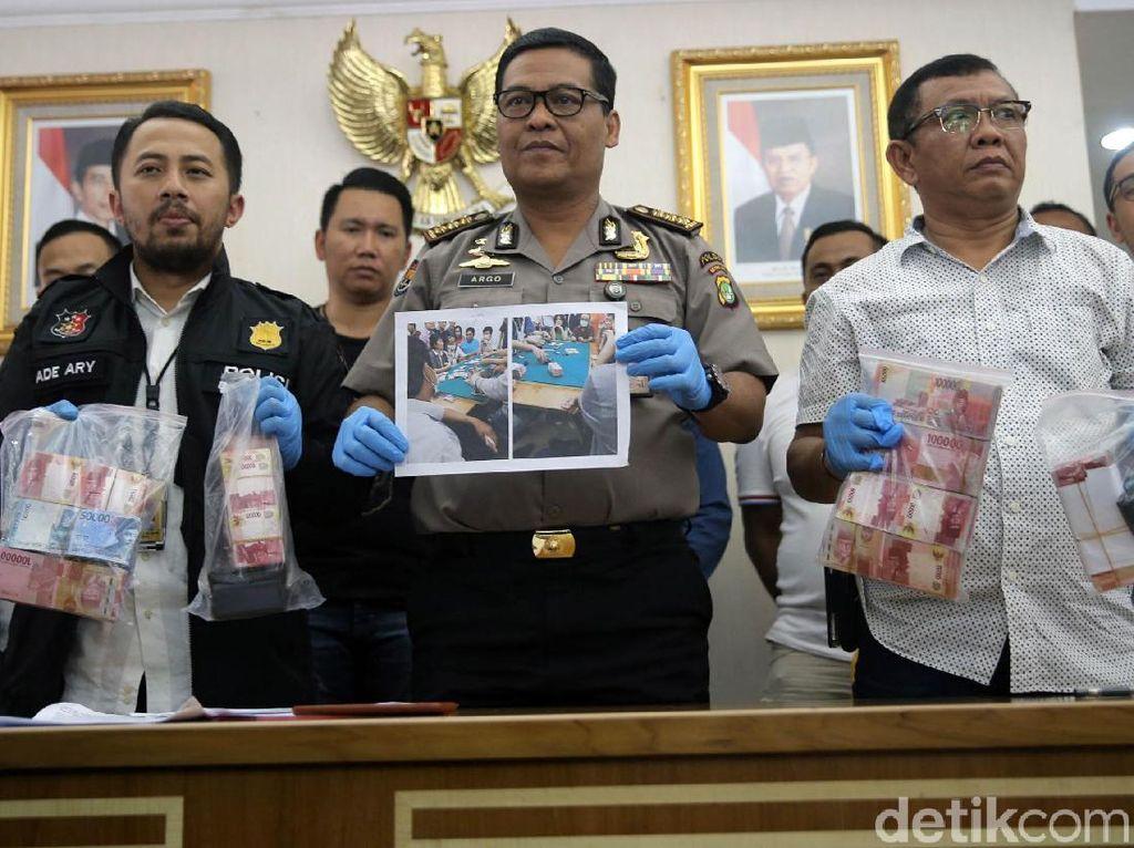Kabid Humas Polda Metro Jaya Kombes Argo Yuwono menunjukkan barang bukti perjudian di Mapolda Metro Jaya, Jakarta, Rabu (14/3/2018).