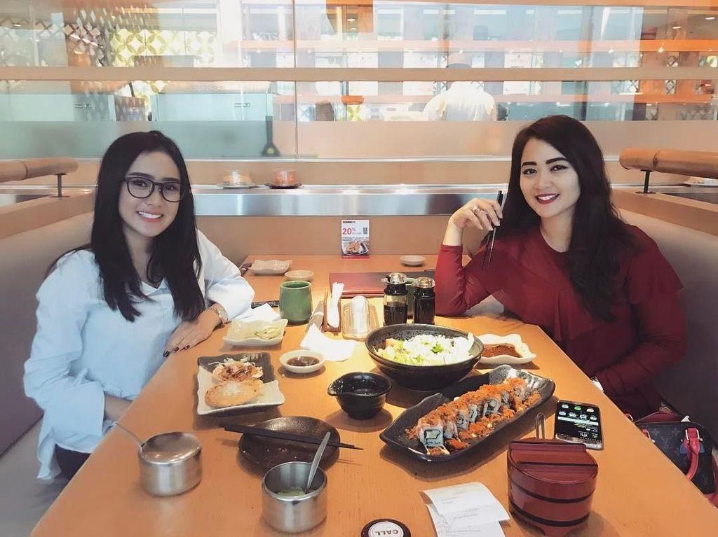 Ditemani presenter Vega Darwanti, Cita dan Vega memesan menu sushi ditemani secangkir teh ocha hangat sebagai menu makan siang mereka. Foto: Instagram @cita_citata