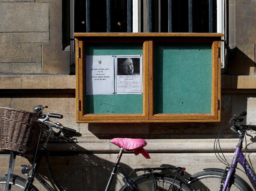 Penampakan pengumuman meninggalnya Hawking yang ditempel di salah satu sudut kampus (Foto: REUTERS/Chris Radburn)