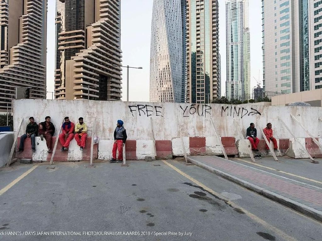 Special Prize by Jury diraih . Pekerja kontruksi Pakistan di Dubai, Uni Emirat Arab yang tengah menunggu transportasi bus kolektif ke kamp. Foto: Days Japan Internasional Photojournalism Awards 2018