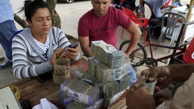 Sejak Agustus lalu, bolivar telah kehilangan 87 persen nilainya jika dibandingkan dengan euro. (REUTERS/Jaime Saldarriaga)