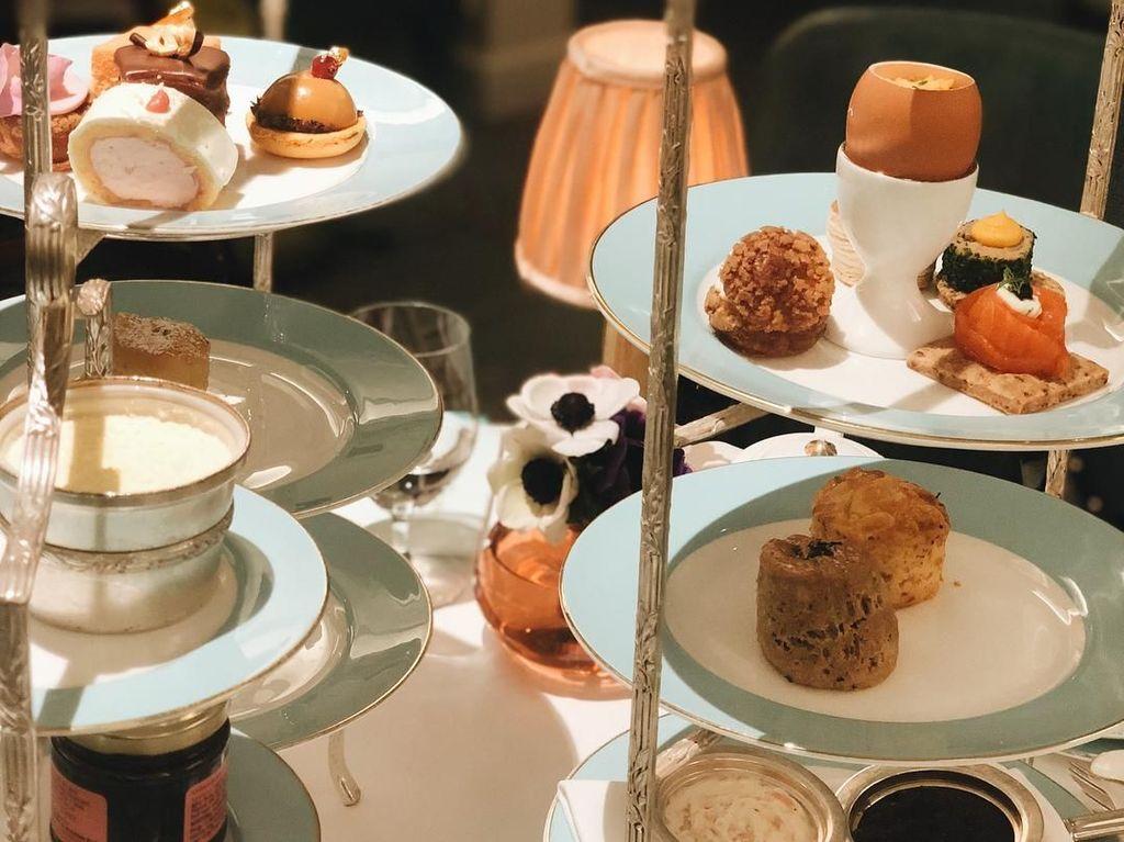 Tertulis Afternoon tea in London,. Aurel Hermansyah terlihat mengabadikan foto sajian kue yang disuguhkan di atas cake tier sebagai teman minum teh. Ada scone, cake roll hingga kue dengan wadah cangkang telur yang pastinya enak ya. Foto: Instagram @aurelie.hermansyah