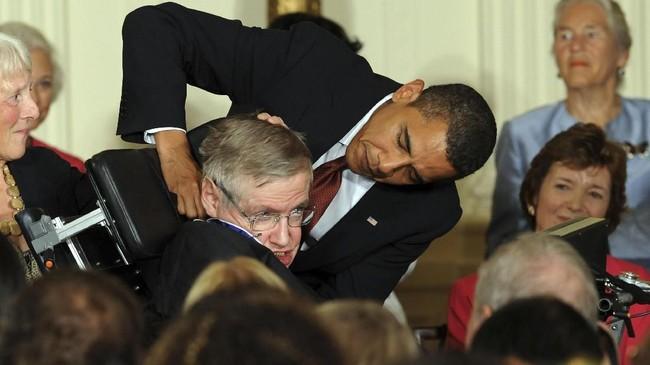 Di tahun 2009, Hawking mendapatkan Medal of Freedom dari Presiden AS Barack Obama atas karya-karyanya.(dok.AFP PHOTO/Jewel SAMAD / AFP PHOTO / JEWEL SAMAD)
