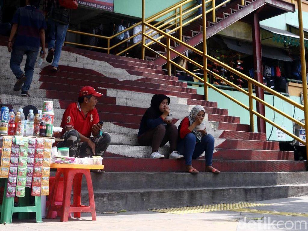 Pedagang kaki lima (PKL) menggelar lapak di depan tangga masuk Pasar Tanah Abang Blok G.