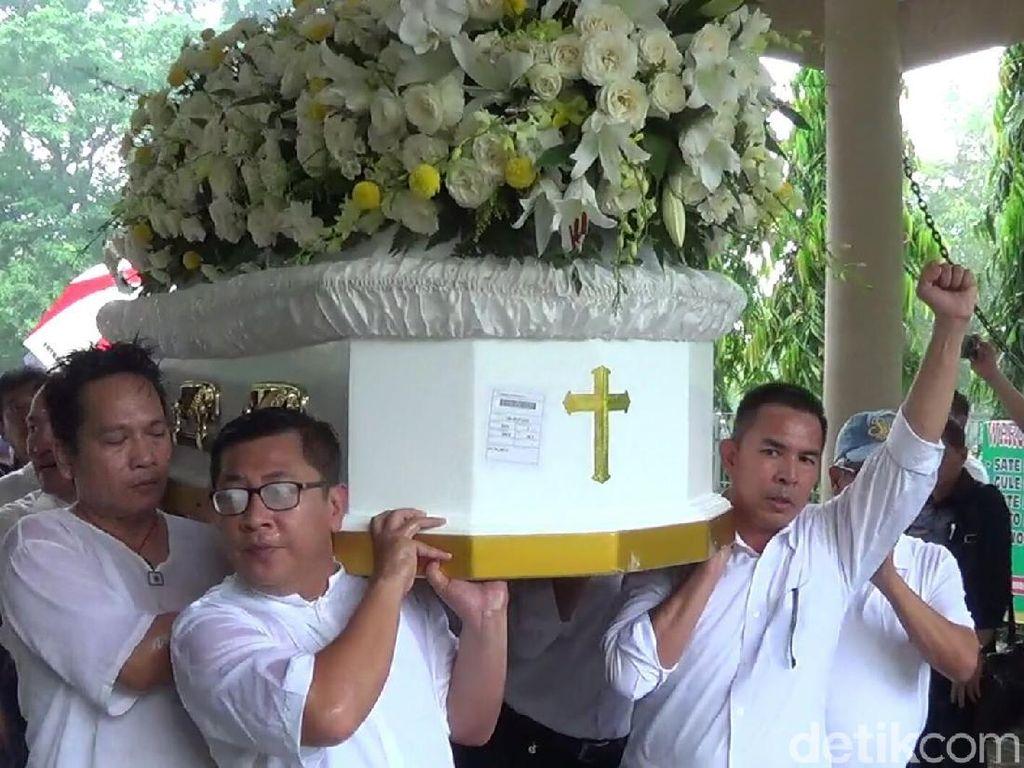 Kesedihan juga tampak di wajah kerabat dan kolega Hari Darmawan yang ikut mengantar ke krematorium di Taman Mumbul, Nusa Dua, Bali. (Nandhang Astika-detikcom)