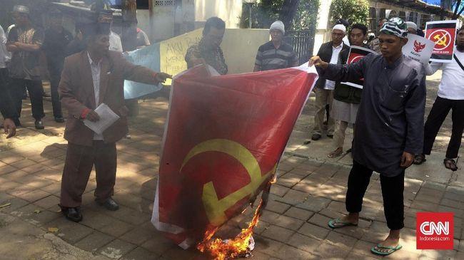 Massa Bakar Spanduk Logo Palu Arit PKI di Komnas HAM