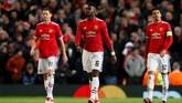 Paul Pogba dan Nemanja Matic tampak terpukul setelah Manchester United kalah 1-2 dari Sevilla. Hasil itu membuat Manchester United tersingkir di Liga Champions. (REUTERS/David Klein)