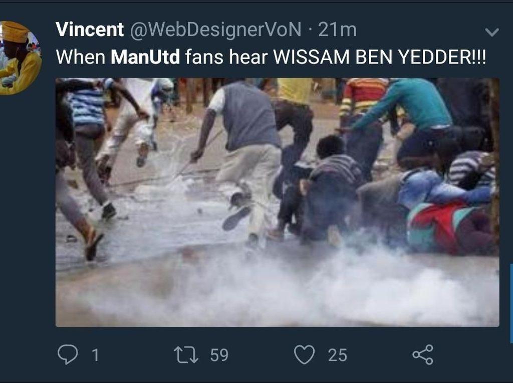 Wissam Ben Yedder tentu menjadi momok di Old Trafford, dengan dua golnya membawa Sevilla menang 2-1 atas MU. Fans MU dibuat kelabakan olehnya. (Foto: Twitter @WebDesignerVoN)