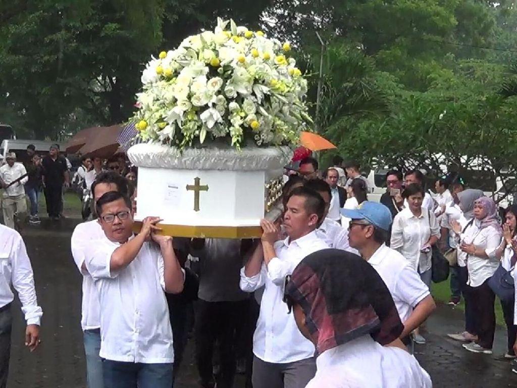 Pihak keluarga mengkremasi jenazah pendiri Matahari Group Hari Darmawan. Tak cuma keluarga, kolega dan kerabat ikut mengantarkan jenazah hari ke krematorium. (Nandhang Astika-detikcom)