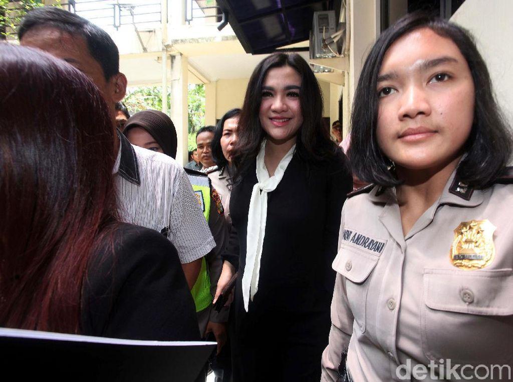 Vicky Shu tiba di Pengadilan Negeri Depok, Jawa Barat, Rabu (14/3/2018).