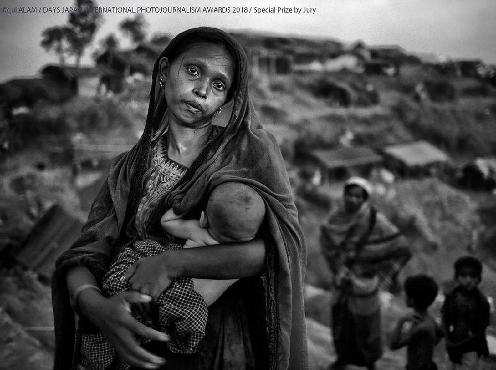 Special Prize by Jury diraih Mushfiqul Alam. Foto ibu dan anaknya di sebuah kamp darurat Rohingya . Dia melakukan perjalanan selama lima hari untuk sampai ke perbatasan Bangladesh. Foto: Days Japan Internasional Photojournalism Awards 2018