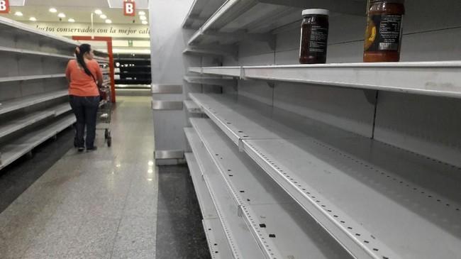 Negara itu dilanda krisis ekonomi dan hiperinflasi akibat jatuhnya harga minyak dunia. (AFP Photo/Juan Barreto)