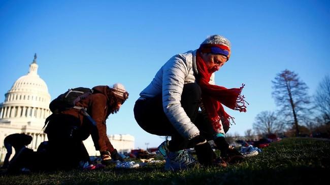 Sebuah organisasi global penggerak demonstrasi progresif bernama Avaaz menyiapkan sepatu tersebut sekitar 8.00 waktu setempat. (REUTERS/Eric Thayer)