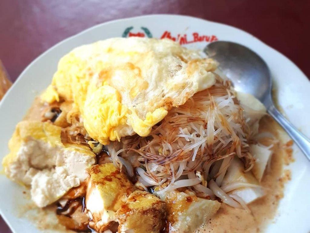 Bumbu kacang yang gurih semakin enak dipadu dengan ketupat dengan paduan bihun dan tauge. Paling enak ditambahkan dengan tahu dan telur goreng. Nyam! Foto: Instagram andri.arkadifa