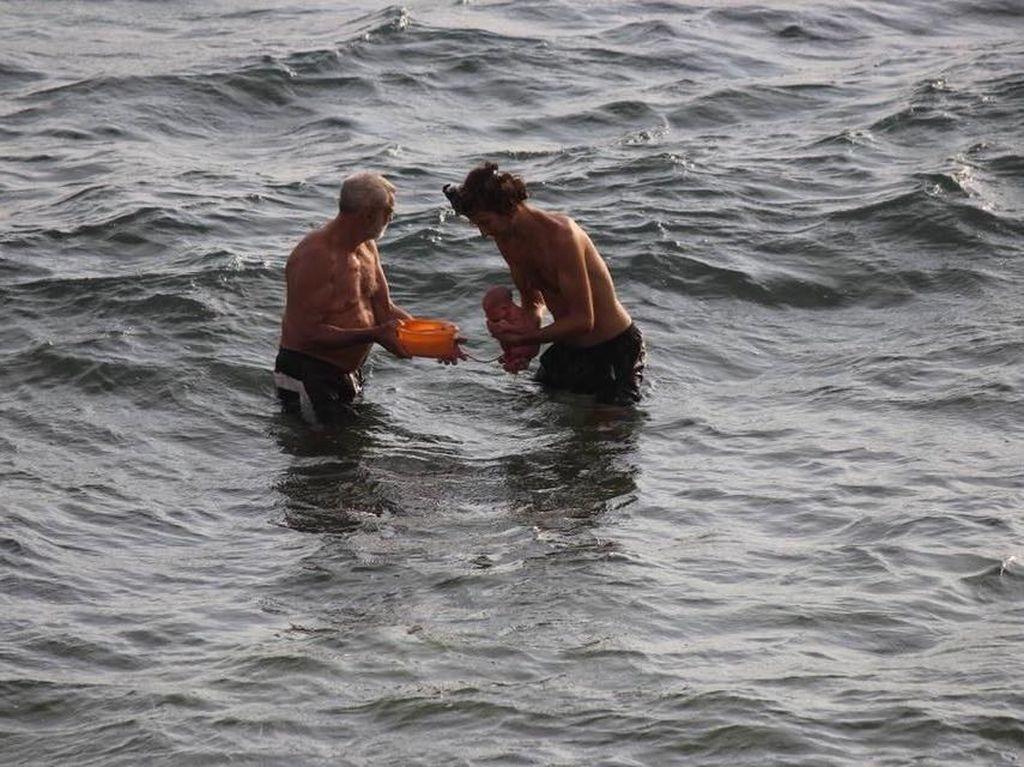 Dia memlih water birth di Laut Merah dengan bantuan seorang dokter. Wanita Rusia ini juga didampingi oleh suaminya saat melahirkan.