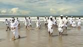 Setelah Melasti, prosesi berikutnya adalah Bhatara Nyejer. Dilanjutkan dengan Tawur Kesanga atau persembahan kurban dan Ngerupuk pada hari Jumat (16/3). (AFP PHOTO / SONNY TUMBELAKA)