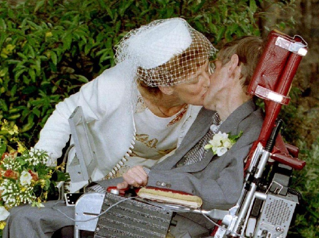 Saat menikahi Elaine, Stephen Hawking berkata Ini sangat indah. Saya sudah menikahi wanita yang saya cintain. (Foto: REUTERS/Paul Bates)