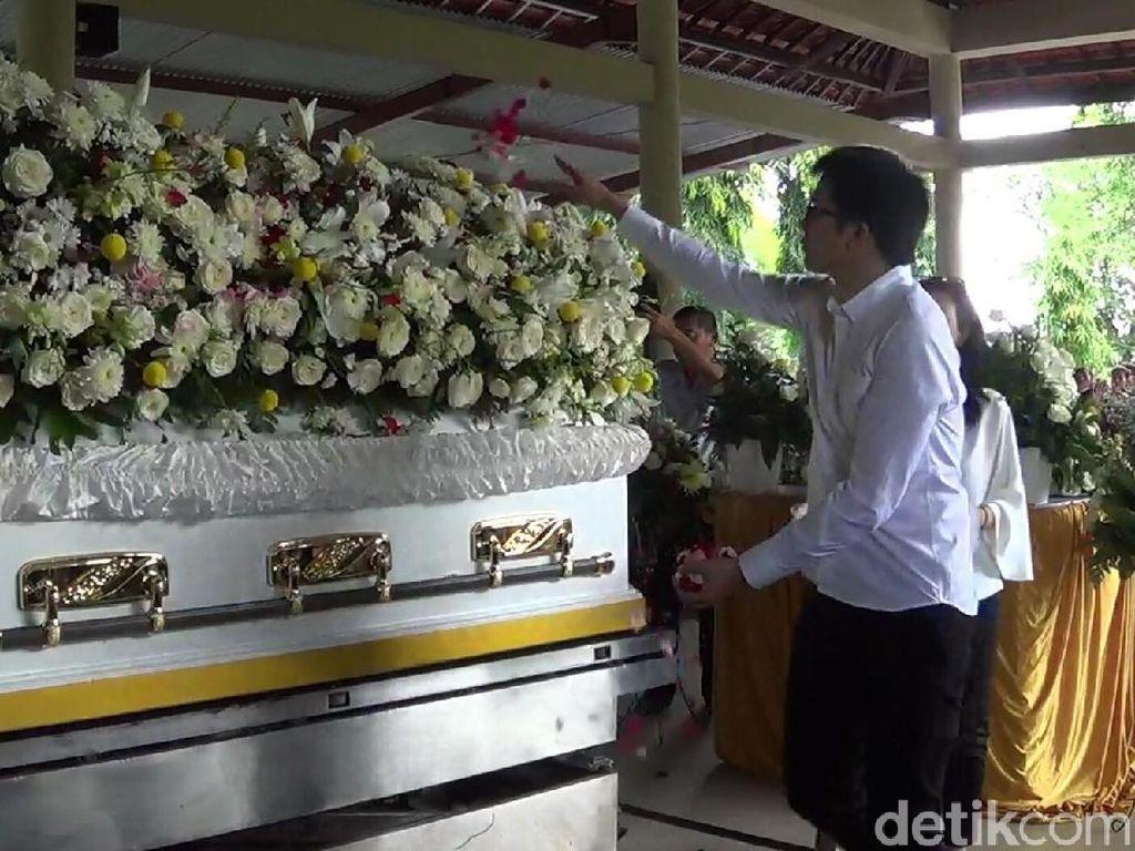 Pihak keluarga telah sepakat untuk tidak melarung abu jenazah pada hari ini. Hal ini dilakukan agar tidak berbenturan dengan upacara Melasti umat Hindu menyambut Hari Nyepi. (Nandhang Astika-detikcom)