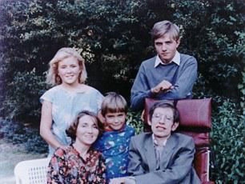 Stephen Hawking memiliki 3 anak dari pernikahannya dengan Jane Wilde yaitu Robert, Lucy, dan Timothy. Kabar meninggalnya Hawking disampaikan oleh ketiga anaknya itu dalam pernyataan tertulis. Dia seorang ilmuwan yang hebat dan pria luar biasa yang kinerja dan peninggalannya akan hidup untuk bertahun-tahun ke depan, demikian pernyataan tertulis Robert, Lucy, dan Timothy (Foto: Pool)